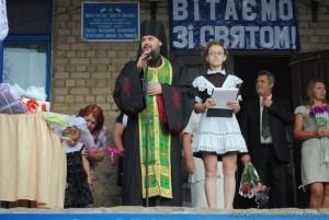 Иеромонах Аристарх поздравляет школьников