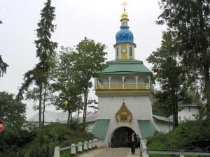 Свято-Успенский Псково-Печерский монастырь расположен в 340 км на юго-запад от Санкт-Петербурга и в 50 км на запад от Пскова, на окраине райцентра Печоры, который был раньше посадом при монастыре