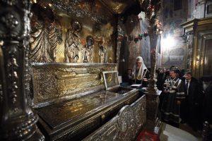 Патриарх Кирилл у мощей прп. Сергия
