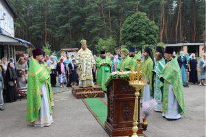 Архиерейское богослужение во дворе монастыря